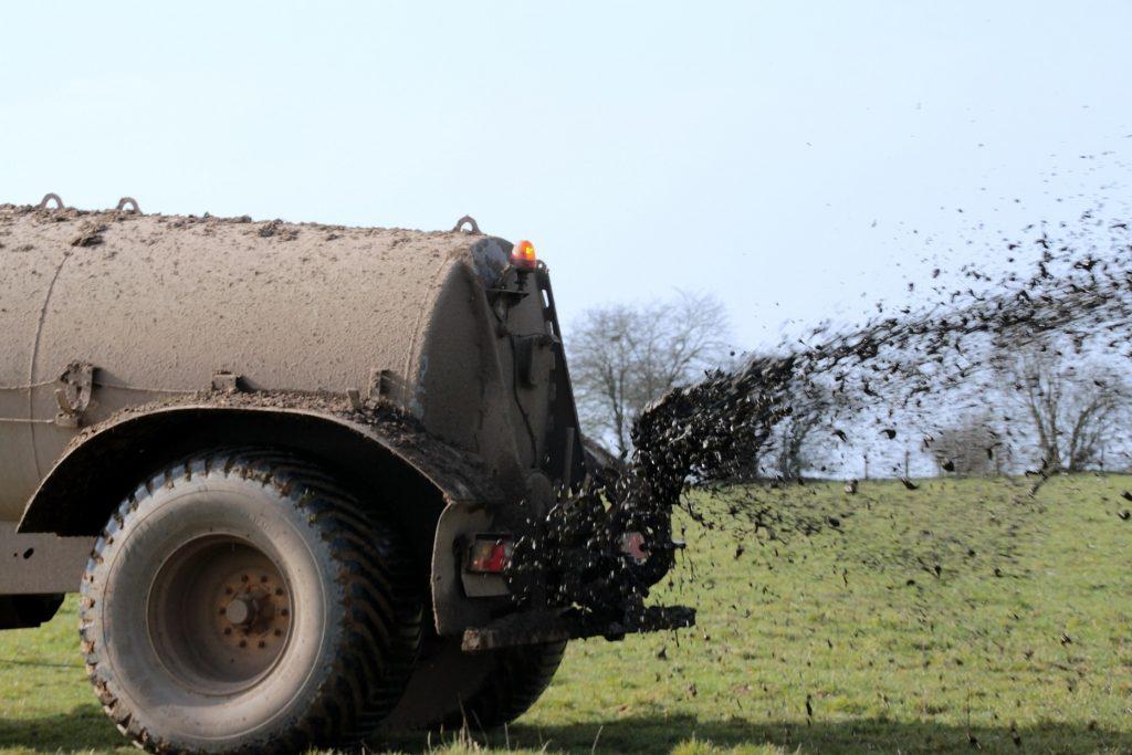 Camiones fertilizantes para el abono de tierra: los fertilizantes, responsables de las zonas pobres en oxígeno en los océanos.