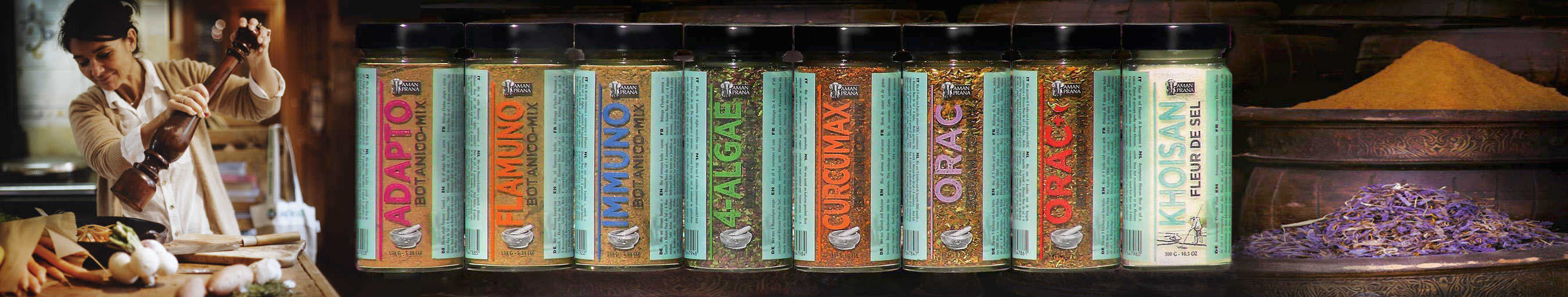 Verzameling van kruidenmixen in glazen potten van Amanprana Botanico kruidenmixen
