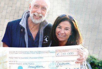 Chantal Voets and Dos Winkel - cheque for clean oceans