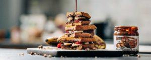 croque met choco-hazelnootpasta van Amanprana en banaan en aardbeien