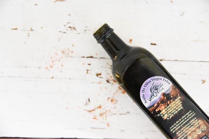 Donkere, glazen fles van de biologische olijfolie van Amanprana voor optimale kwaliteitsbehoud