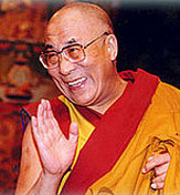Dalai Lama mit rasiertem Bart und Glatze.