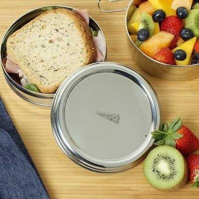 Maak je eigen lunch klaar en neem deze mee in een herbruikbare lunchbox.