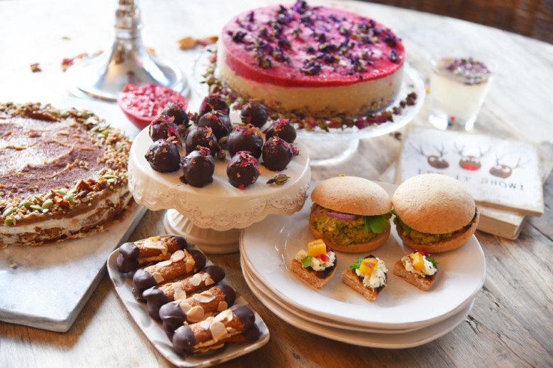 Een tafel gevuld met High-Tea gerechten die niet alleen lekker en mooi zijn, maar ook gezond.
