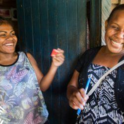 Lachende eilandbewoners van de Solomono eilanden waar de meest Fair Trade kokosolie wordt gemaakt