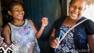 2 Solomon vrouwen die dankzij de meest fair trade kokosolie