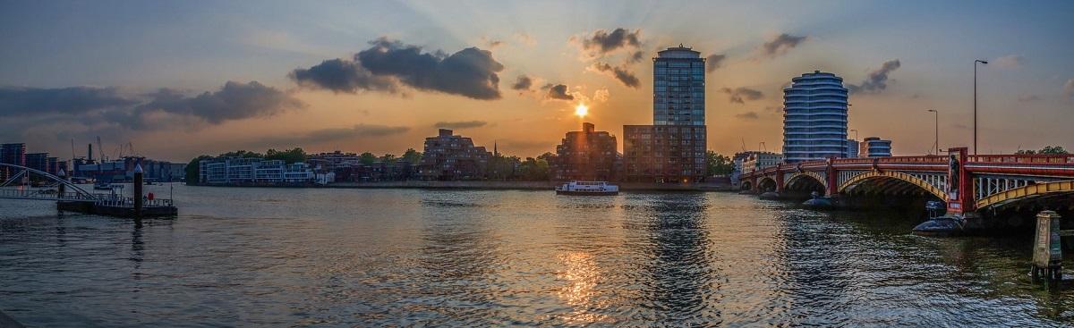 Eine globale Studie bestätigt den Verdacht, dass viele Flüsse, wie die Themse, mit Antibiotika überlastet sind.