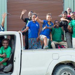 Fair trade kokosolie van Amanprana gemaakt door deze mensen in een witte truck