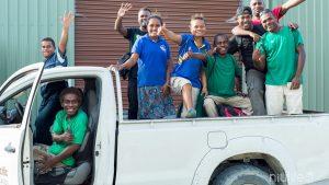 Solomon eilandbewoners die voor het Amanprana-Niulife-Solomon kokosolie project werken het meest fair trade kokosolie project