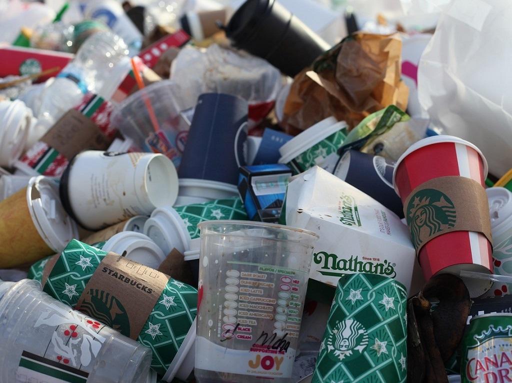 Greenpeace roept op voor een krachtig signaal. We moeten onze relatie met wegwerpplastic beëindigen.