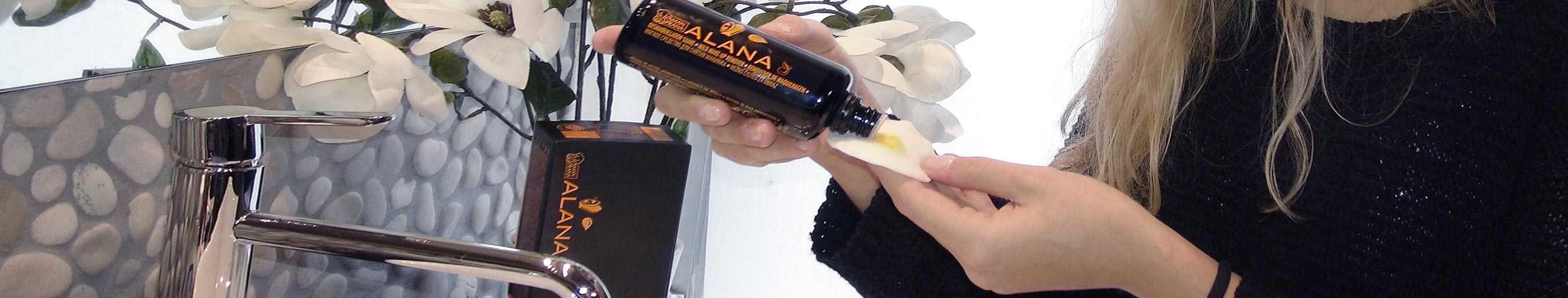 Femme dans la mer utilisant l'huile pour le visage d'Amanprana