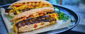 Recept met kokosbloesemsuiker: Vegetarische BBQ op houtskool met dry rub hotdogs