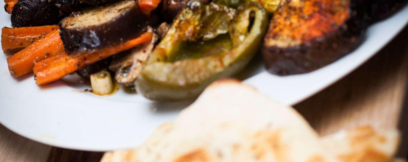 Antipasto avec salade d'aubergines grillées et de paprika