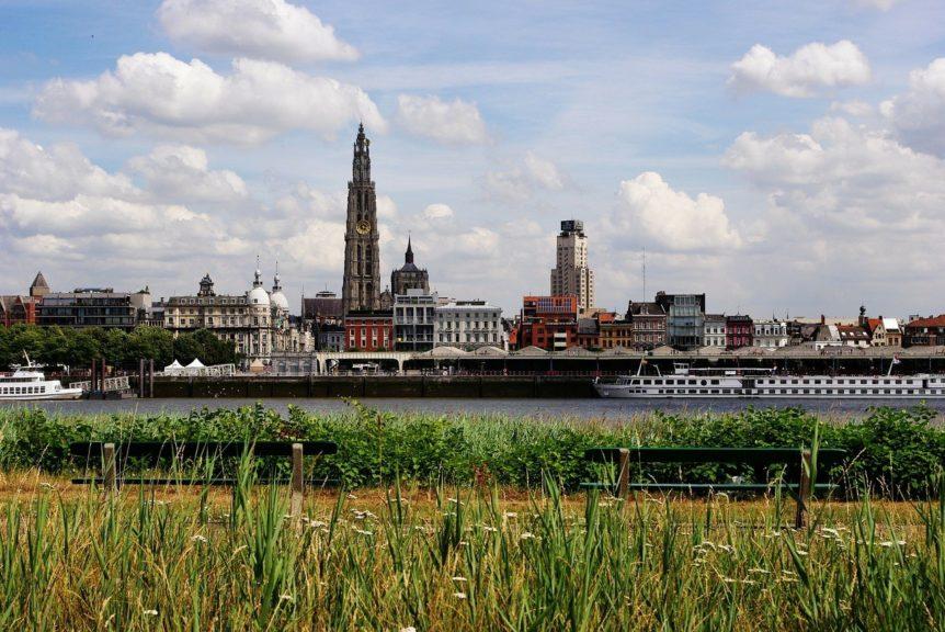 Antwerpse skyline met de Schelde waar de plasticvangers geplaatst zijn