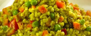 ayurvedische zomerse rijstschotel met paprika