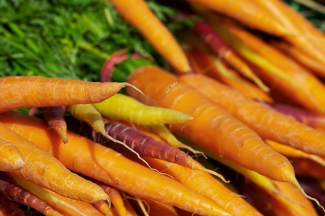 wortels op de lokale markt van boeren en buren