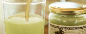 Thé matcha chai latte servi froid avec une paille. La couleur verte fraîche est invitante!
