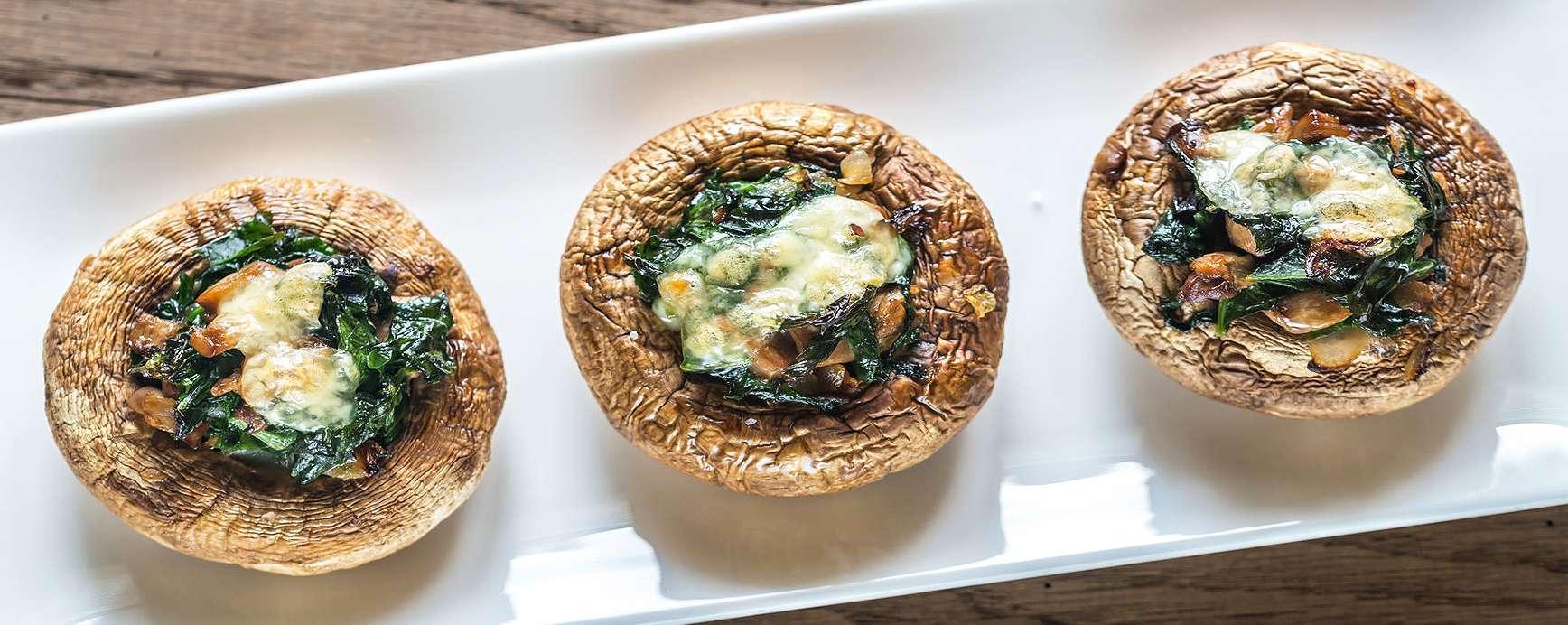 Champignons met een vulling van kruiden en kokos