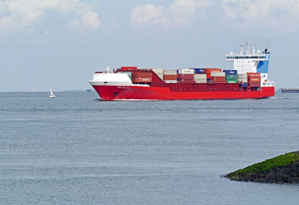 Containerschip op de Schelde waar de plasticvangers geplaatst gaan worden