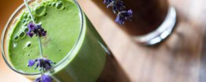 Der Drink hat eine grünbraune Farbe und eine Schaumschicht.