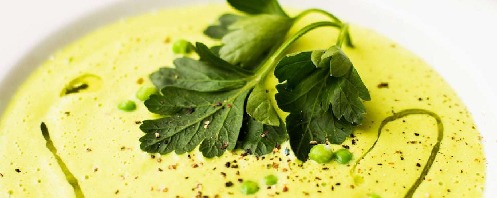 Cette recette de soupe de pois mousseuse sans gluten est remplie de vitamine K. L'huile de noix et le persil enrichissent le goût. Soupe saine et savoureuse aux épices