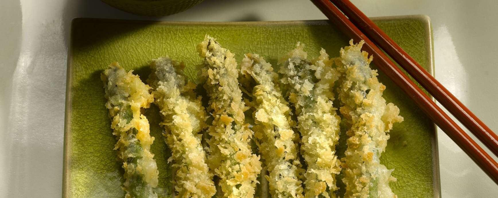 Fondue tempura van groene asperges in Amanprana kokosolie
