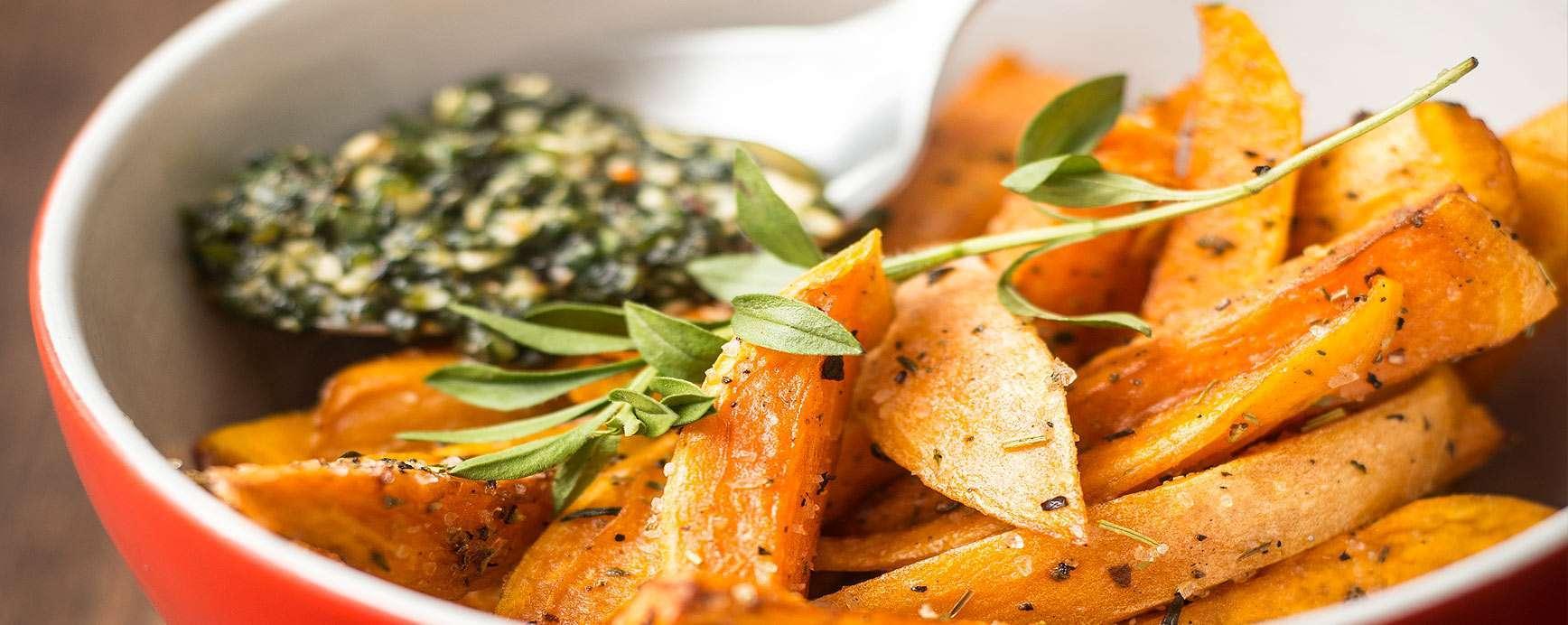 Recept voor friet van zoete aardappel geserveerd met de dip van gedroogde en verse kruiden