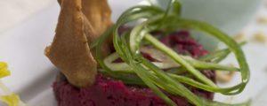 Gegrilde groenten met ui-munt-raita en rode bieten hummus