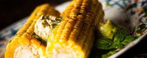 Recept met Fleur de Sel: Gegrilde mais met vegan boter, gemaakt met kokosbloesemsuiker en een vleugje chili