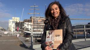 """Chantal met boek """"Gesund essen macht glücklich"""""""