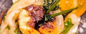 Recept met Verde Salud olijfolie: Loempia gevuld met dadels, wortelen en avocado op een bedje van venkel en sojasaus