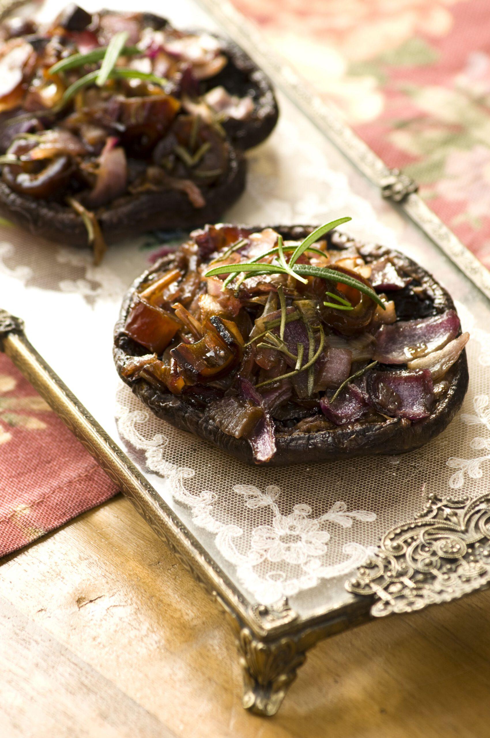 gevulde vegan portobello met rode ui en dadels