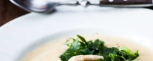 Romige aspergesoep met peterselie en hennepolie