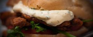 Ein herrlicher Hamburger aus Seitan mit der veganen Aioli als Knoblauchsoße. Servierit mit etwas Koriander und einer Tomatenscheibe