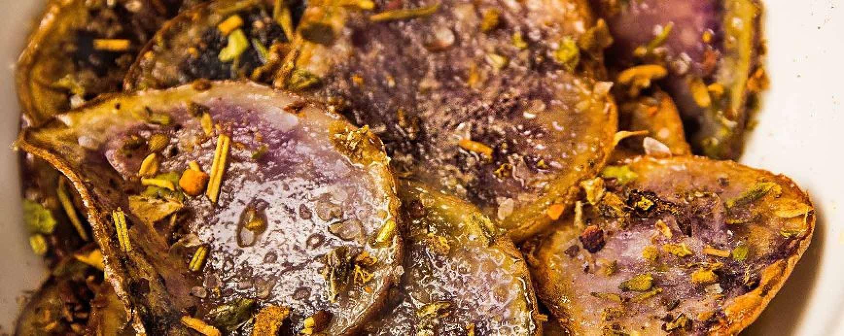 Les chips de pommes de terre à chair violette, parsemés avec un mélange d'herbes